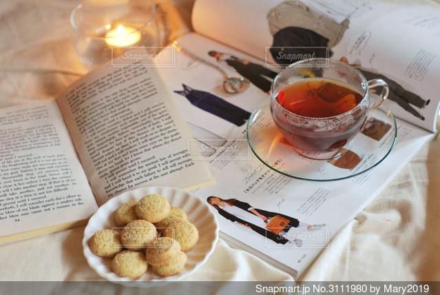 食べ物の皿をテーブルの上に置くの写真・画像素材[3111980]