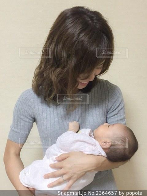 赤ん坊を抱くお母さんの写真・画像素材[2364657]