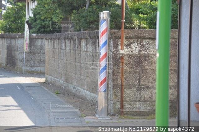 通りの端に看板がある柱の写真・画像素材[2179679]