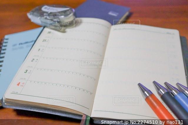 木製のテーブルの上に置かれた本の写真・画像素材[2274510]
