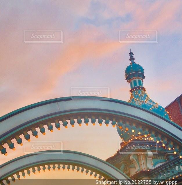 かわいい建物と夕焼けにそまる空の写真・画像素材[2122755]