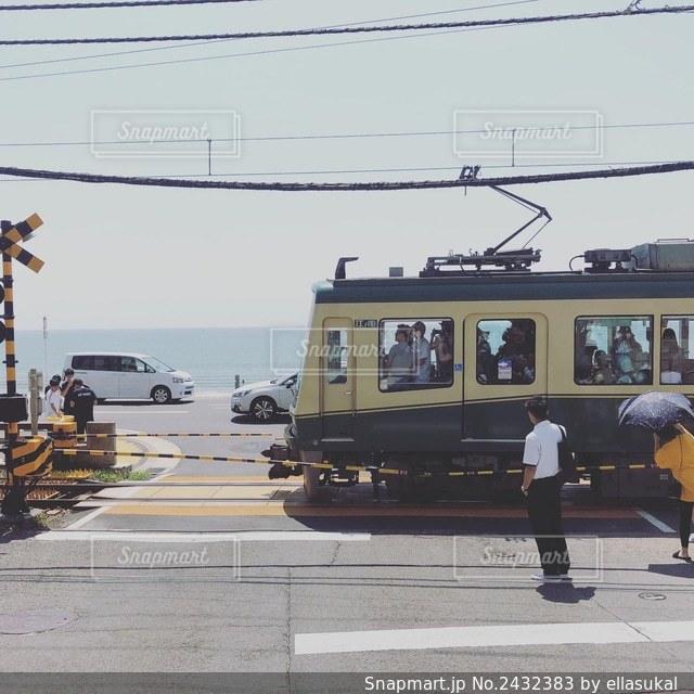 通りを横断する列車の写真・画像素材[2432383]