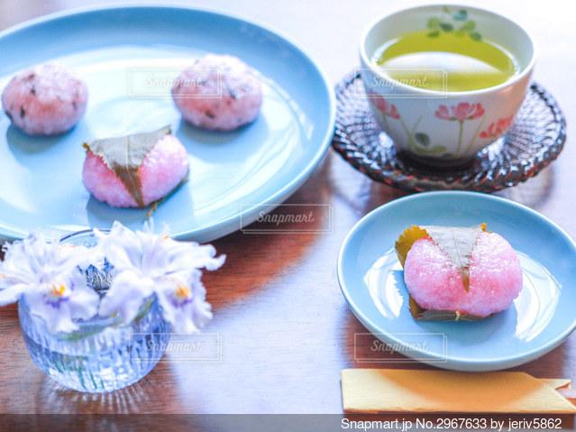 道明寺桜餅とお茶の写真・画像素材[2967633]