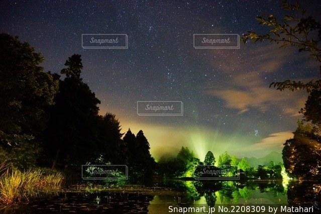見上げる夜空の写真・画像素材[2208309]
