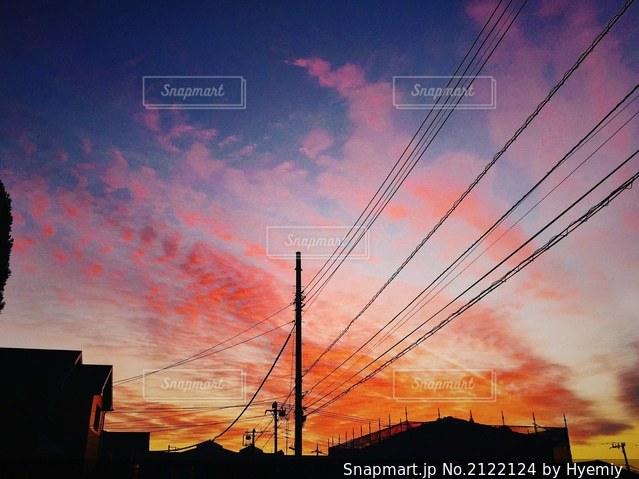 夕暮れと電線の写真・画像素材[2122124]