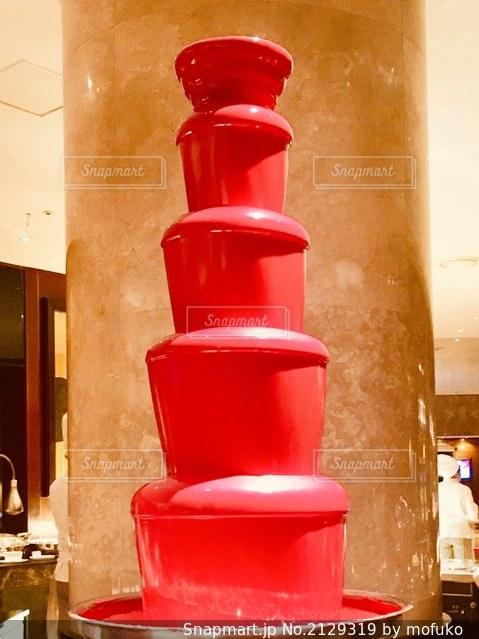 カウンターに座っている赤い消火栓の写真・画像素材[2129319]