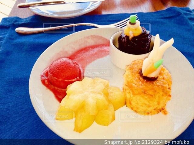 食卓の上の食べ物の皿の写真・画像素材[2129324]
