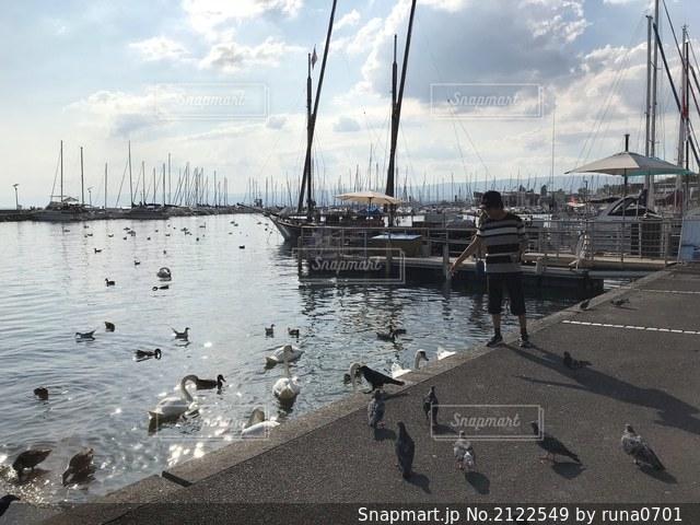 スイスの水辺の子供の写真・画像素材[2122549]