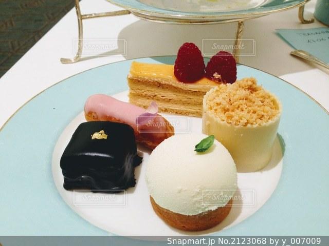 食卓の上の食べ物の皿の写真・画像素材[2123068]