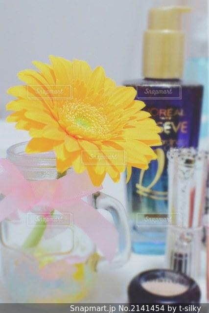 テーブルの上の花の花瓶の写真・画像素材[2141454]