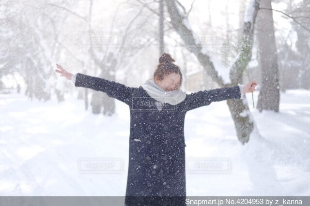 雪に覆われた斜面の上に立っている男の写真・画像素材[4204953]
