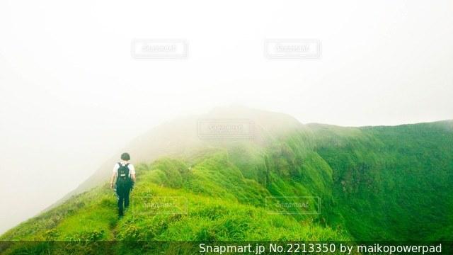 ハイキング女性の写真・画像素材[2213350]