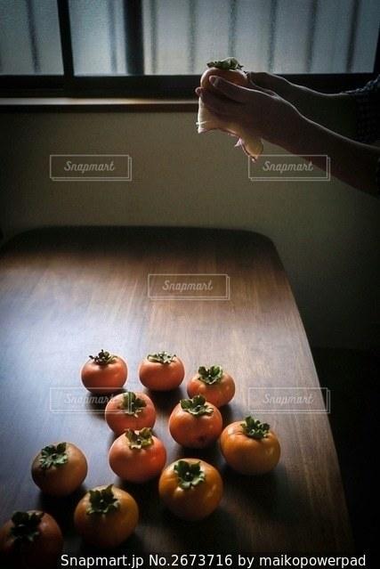 柿と手の写真・画像素材[2673716]