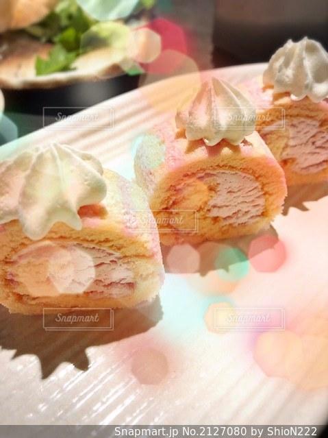 ピンクのロールケーキの写真・画像素材[2127080]