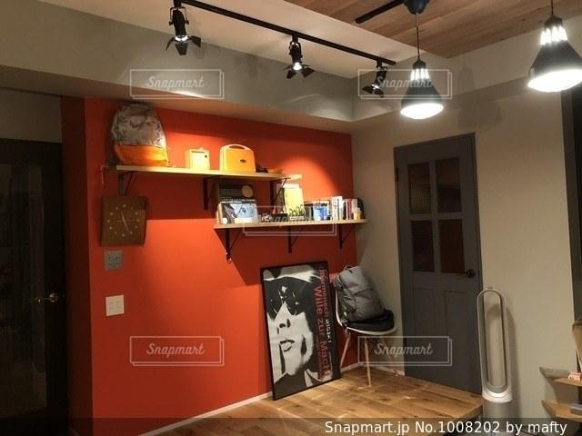 赤い壁の部屋の写真・画像素材[1008202]