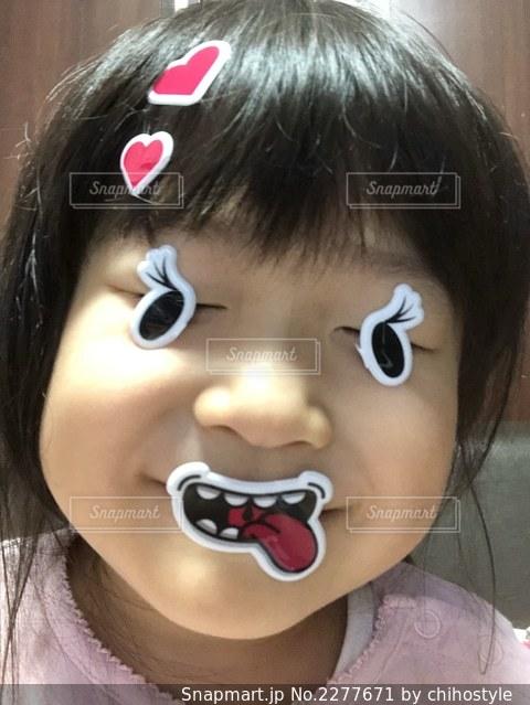 おもちゃを持っている少女のクローズアップの写真・画像素材[2277671]