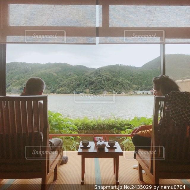 水域の前に座っている椅子の写真・画像素材[2435029]