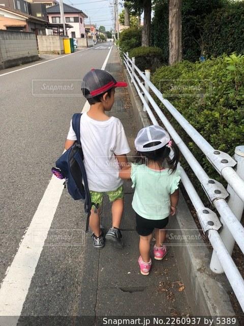 歩道を歩く兄妹の写真・画像素材[2260937]