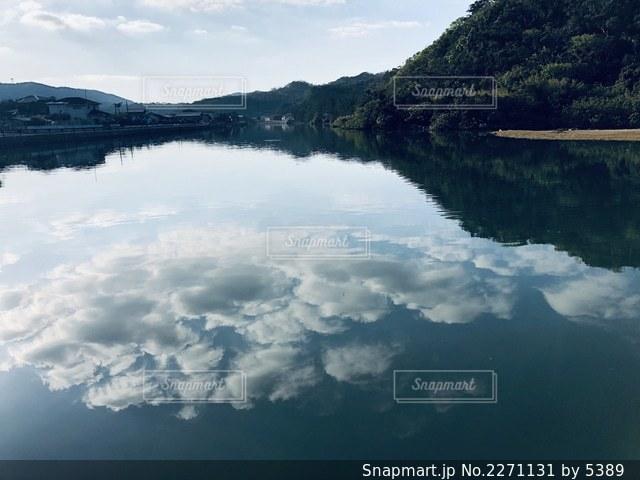 山を背景にした大きな水域の眺めの写真・画像素材[2271131]