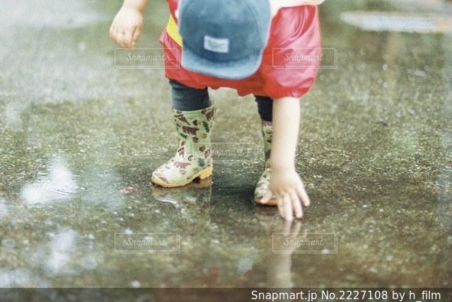 水たまりみ〜つけたの写真・画像素材[2227108]