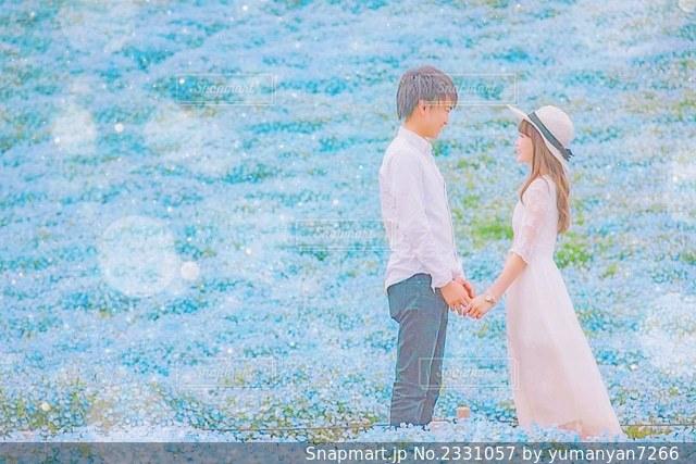 花畑にいるカップルの写真・画像素材[2331057]