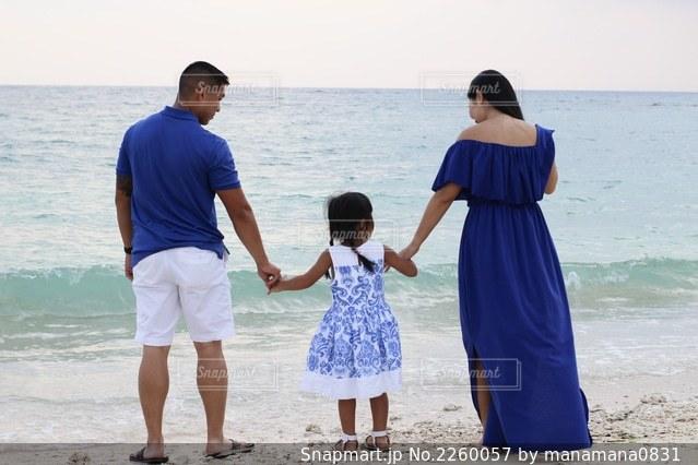 ビーチでの家族写真の写真・画像素材[2260057]