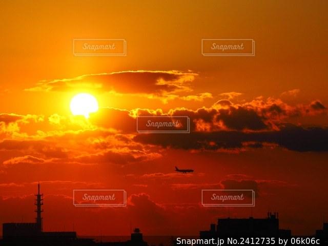 夕暮れと飛行機の写真・画像素材[2412735]