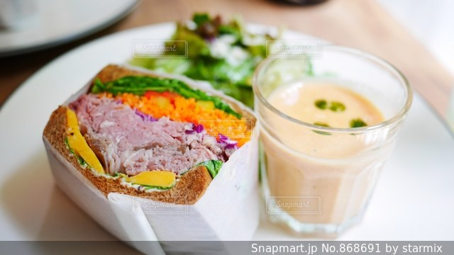 テーブルの上に食べ物のプレートの写真・画像素材[868691]