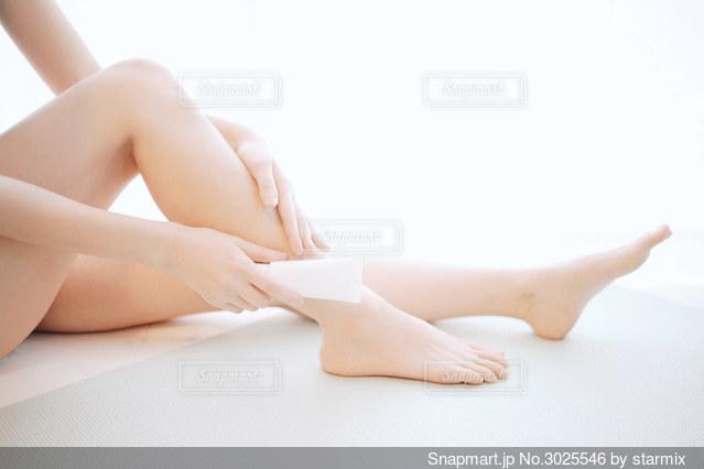 脚のスキンケアをする女性の写真・画像素材[3025546]
