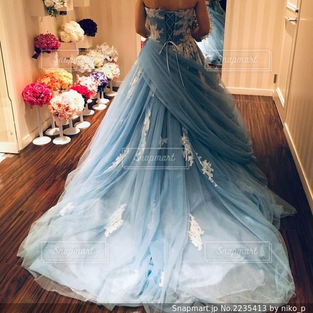 ブルーのカラードレスの写真・画像素材[2235413]
