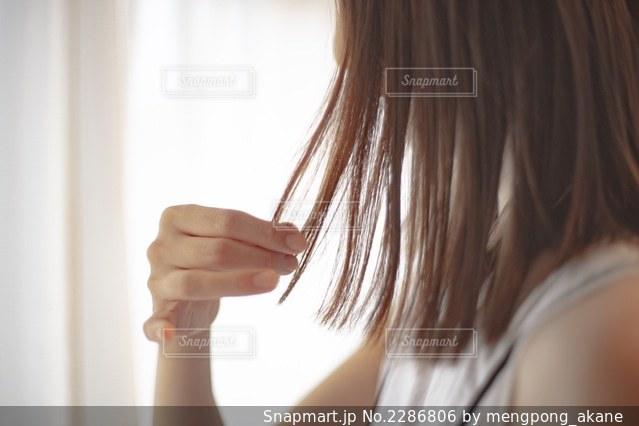 カメラを見ているピンクの髪の女性のクローズアップの写真・画像素材[2286806]