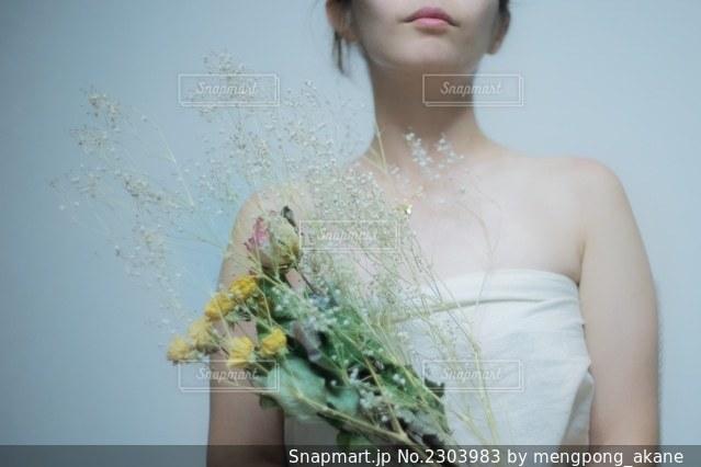 ドライフラワーと女性の素肌の写真・画像素材[2303983]