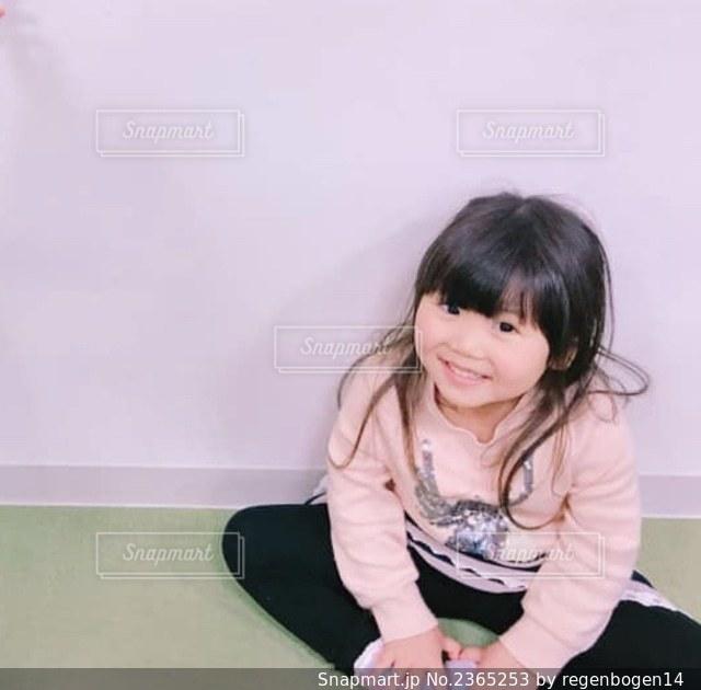 写真のためにポーズをとる小さな女の子の写真・画像素材[2365253]