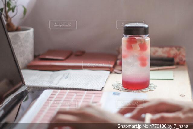 リモートワークの休憩は特製マイボトルフルーツ入りシソドリンク♪の写真・画像素材[4770130]