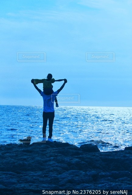 海風を感じる親子の写真・画像素材[2376205]