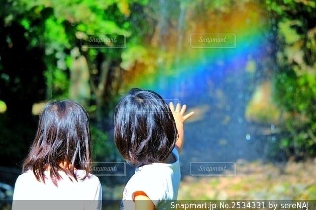 魔法使いになったような姉妹の写真・画像素材[2534331]