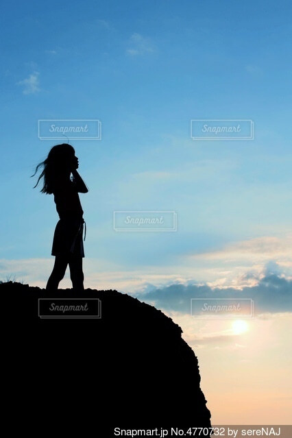 涼しい風を感じる少女の写真・画像素材[4770732]