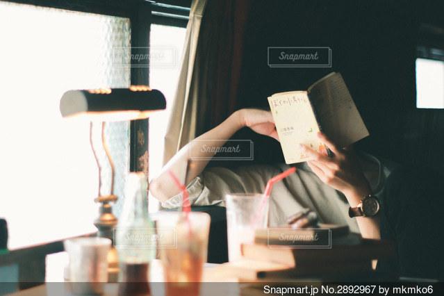 テーブルの上に座っている人の写真・画像素材[2892967]