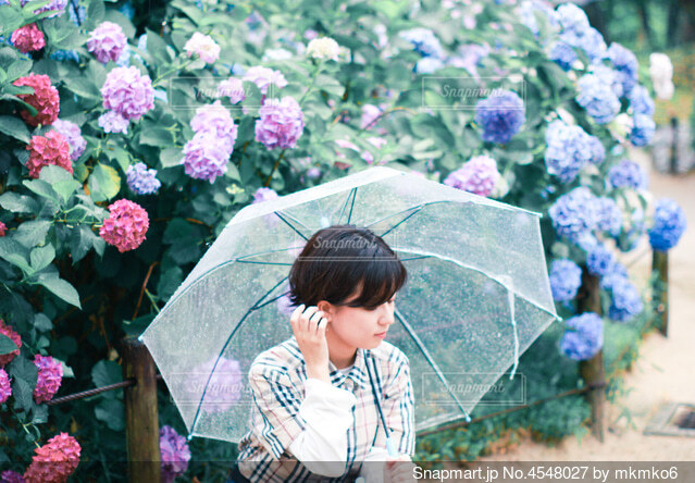 傘を持っている少女の写真・画像素材[4548027]
