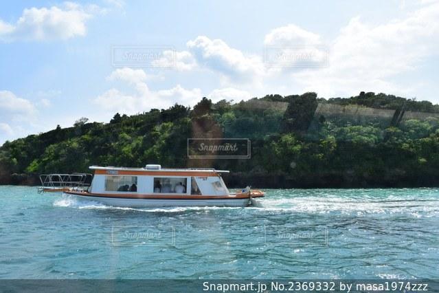 水域の小さなボートの写真・画像素材[2369332]