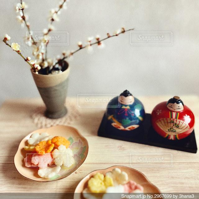 食べ物の皿をテーブルの上に置くの写真・画像素材[2967699]