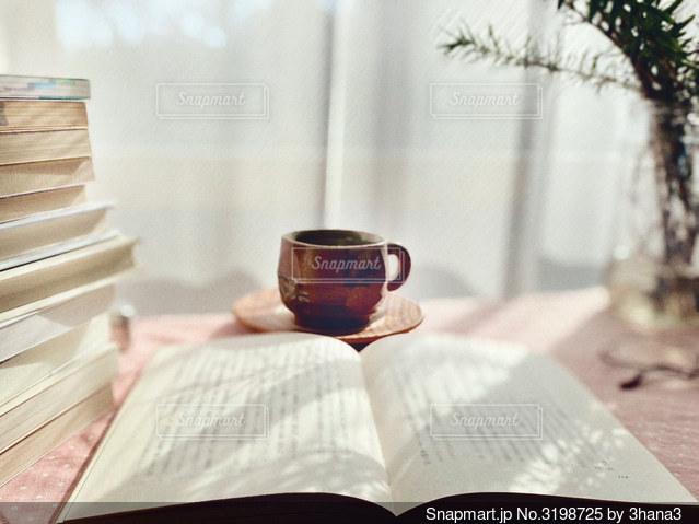 テーブルの上の積み重ねた本の写真・画像素材[3198725]