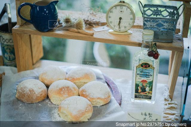テーブルの上の食べ物の写真・画像素材[2875751]