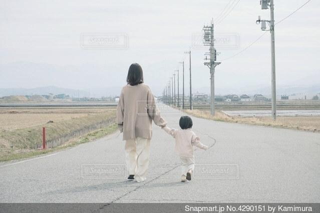 長い道を散歩する親子。の写真・画像素材[4290151]