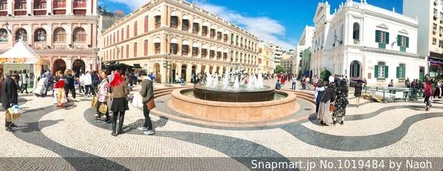 建物の前に歩く人々 のグループの写真・画像素材[1019484]