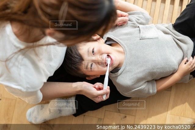 ママと歯ブラシの写真・画像素材[2439223]
