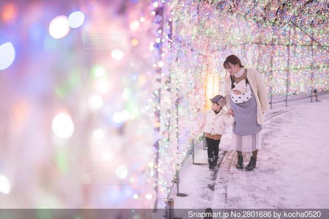 人の隣に立っている若い女の子の写真・画像素材[2801686]