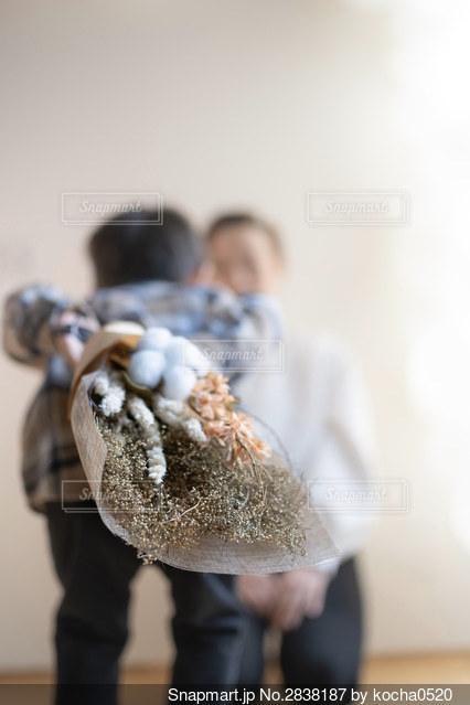 ママに花束をあげようとしている男の子の写真・画像素材[2838187]