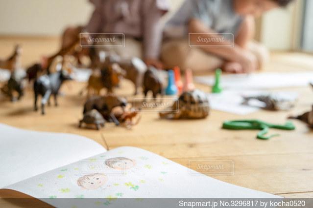 テーブルに座っている人々のグループの写真・画像素材[3296817]