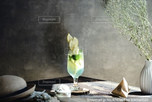 テーブルの上にワインと花瓶を一杯入れるの写真・画像素材[4747864]